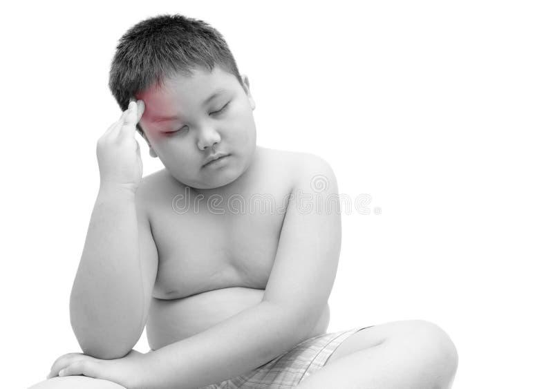 Retrato del muchacho gordo obeso que tiene un dolor de cabeza aislado foto de archivo