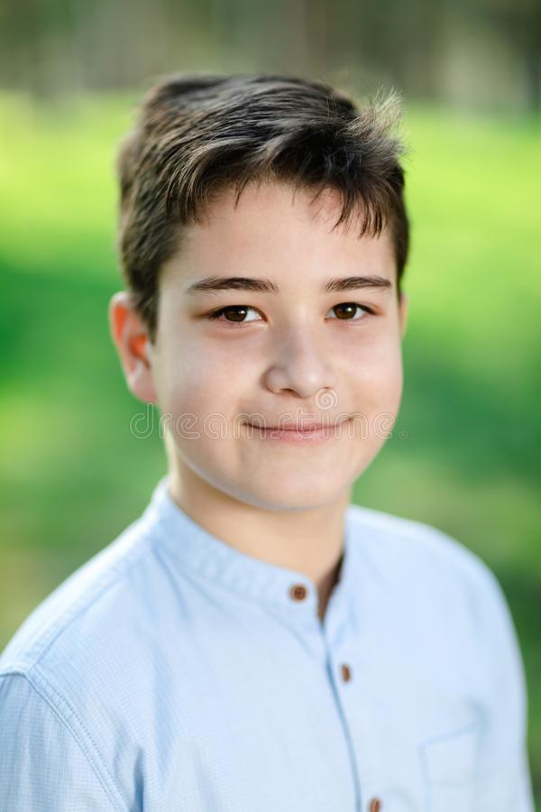 Retrato del muchacho joven al aire libre imagenes de archivo