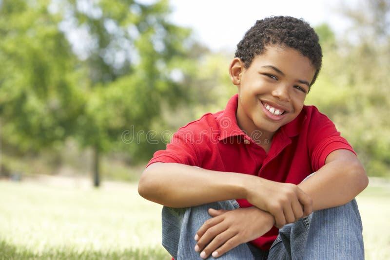 Retrato del muchacho joven en parque foto de archivo libre de regalías