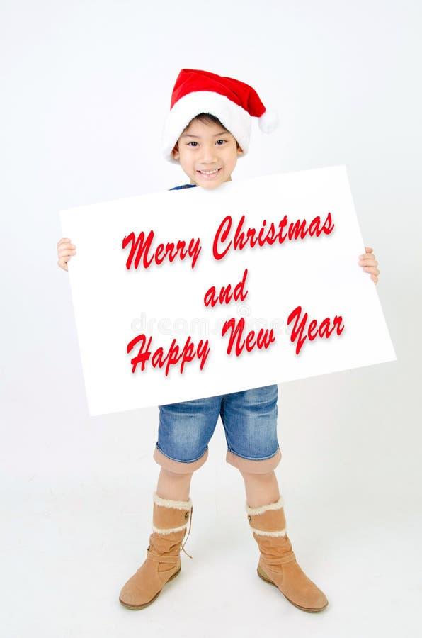 Retrato del muchacho lindo asiático en sombrero de la Navidad y Christma el sostenerse fotografía de archivo