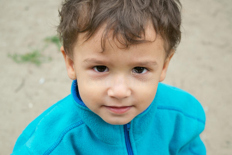 Retrato del muchacho pensativo fotos de archivo