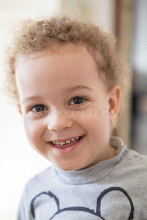 Retrato del muchacho precioso que sonríe en un día soleado imagen de archivo