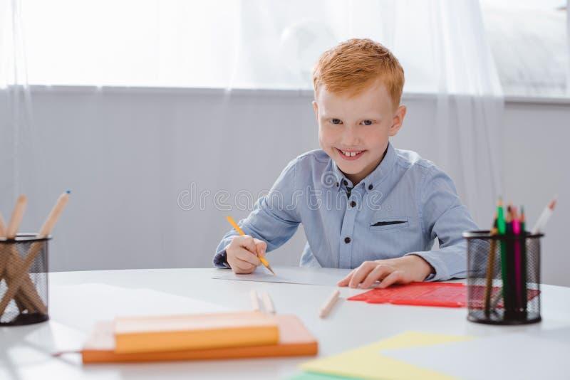 retrato del muchacho rojo feliz del preescolar del pelo imagen de archivo