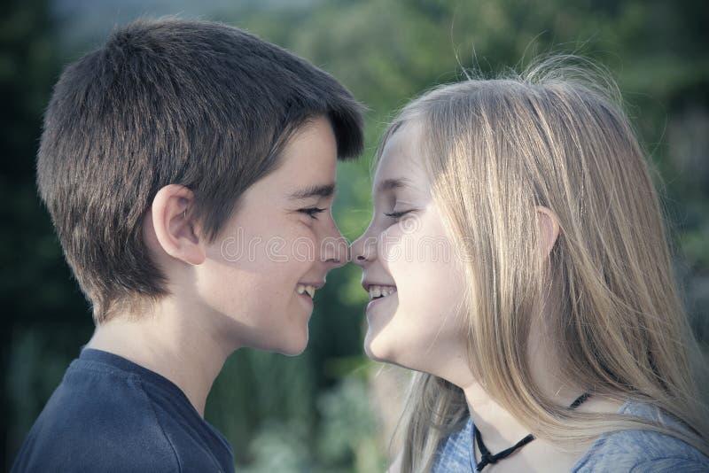 Retrato del muchacho y de la muchacha imagen de archivo libre de regalías