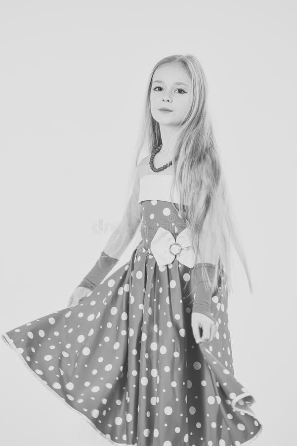 retrato del niño bastante pequeño de la muchacha con el pelo largo potrait del niño de la niña imagenes de archivo