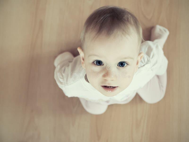 Retrato del niño desde arriba de 2 fotos de archivo
