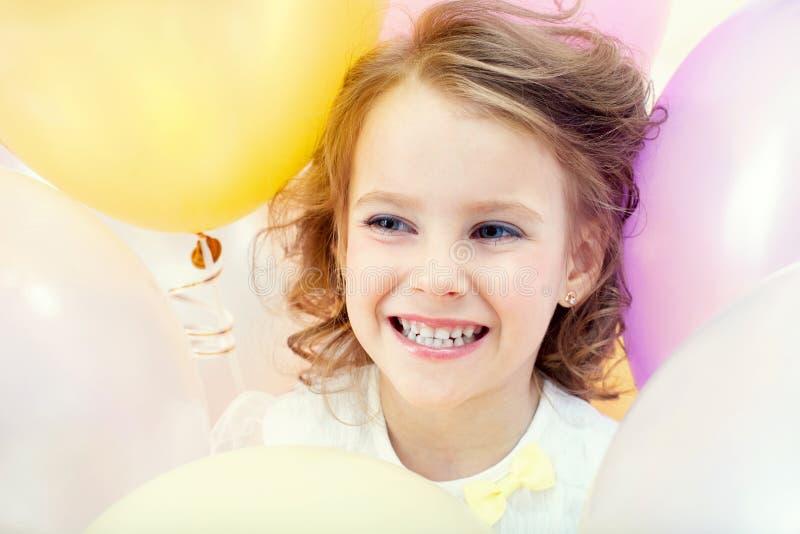 Retrato del niño feliz en fondo de los globos imagen de archivo libre de regalías