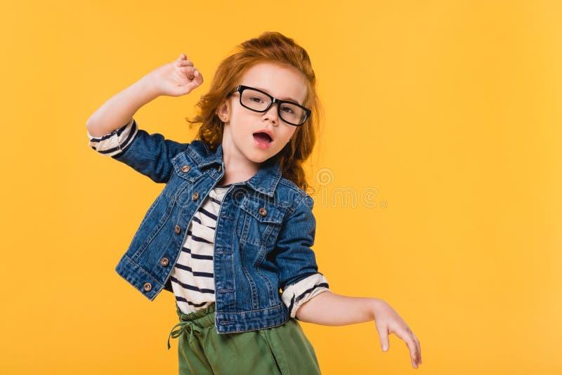 retrato del niño lindo en el baile de las lentes imagenes de archivo