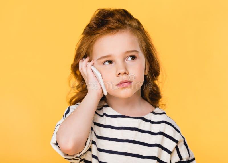 retrato del niño lindo que habla en smartphone imagen de archivo libre de regalías