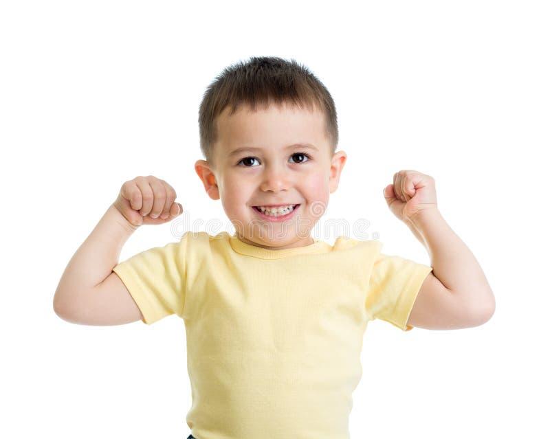 Retrato del niño lindo que muestra los músculos de sus brazos, aislados en blanco foto de archivo