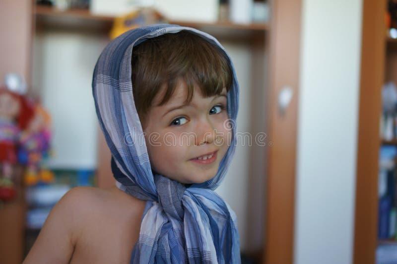 Retrato del niño pequeño hermoso elegante en pañuelo fotos de archivo libres de regalías