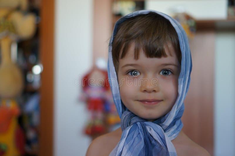 Retrato del niño pequeño hermoso elegante en pañuelo imagen de archivo libre de regalías