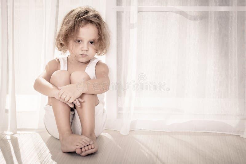 Retrato del niño pequeño triste foto de archivo libre de regalías