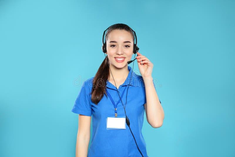 Retrato del operador del soporte técnico con las auriculares en color foto de archivo