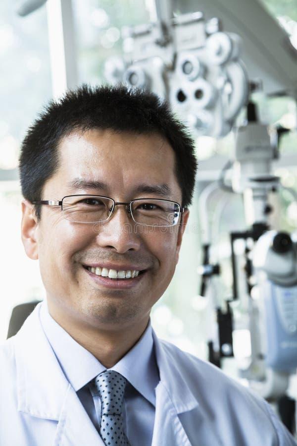Retrato del optometrista sonriente en su clínica imagenes de archivo