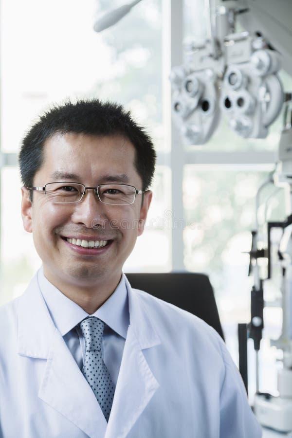 Retrato del optometrista sonriente en su clínica imagen de archivo libre de regalías