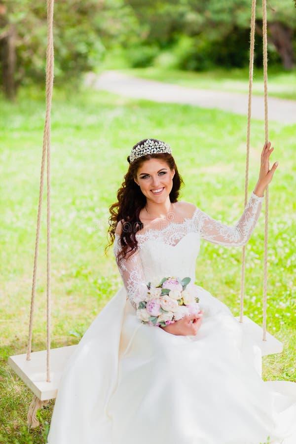 Retrato del oscilación muy hermoso de la cuerda de la novia fotos de archivo libres de regalías