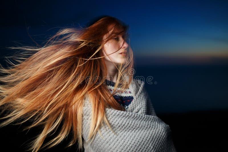 Retrato del otoño de la muchacha del pelirrojo de la belleza al aire libre en crepúsculo foto de archivo libre de regalías