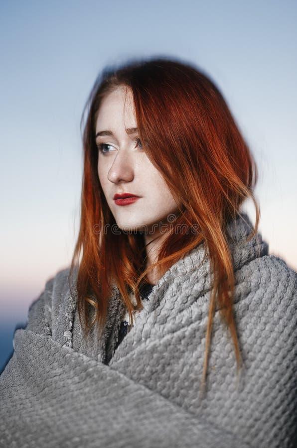 Retrato del otoño de la muchacha del pelirrojo de la belleza al aire libre en crepúsculo fotos de archivo