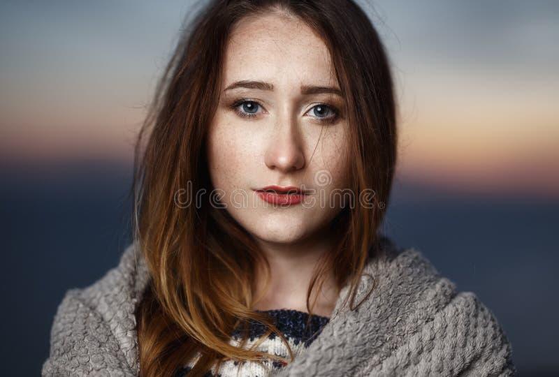 Retrato del otoño de la muchacha del pelirrojo de la belleza al aire libre en crepúsculo imagen de archivo libre de regalías