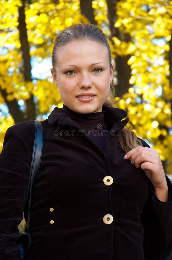Retrato del otoño de una muchacha imagen de archivo
