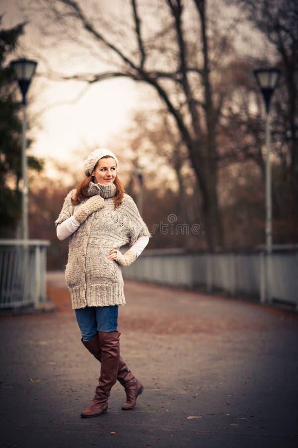Retrato del otoño/del invierno: mujer joven imagen de archivo