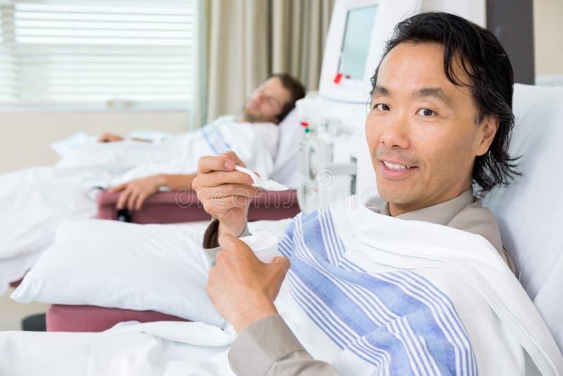 Retrato del paciente que come el hielo machacado durante fotos de archivo libres de regalías