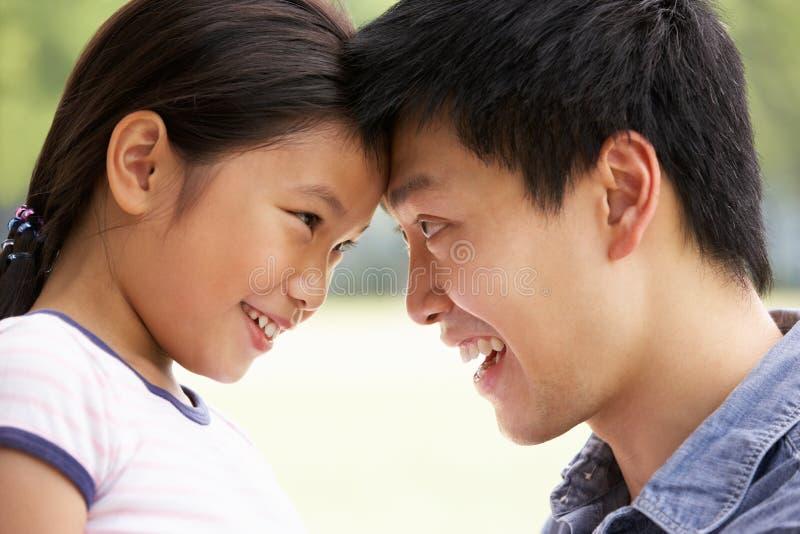 Retrato del padre chino con la hija foto de archivo