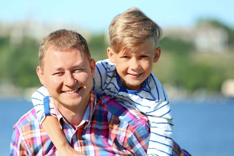 Retrato del padre y del hijo felices al aire libre fotografía de archivo libre de regalías