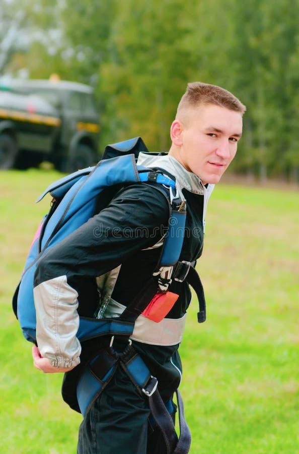 Retrato del paracaidista que va imagen de archivo libre de regalías