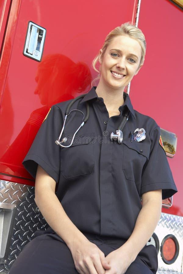 Retrato del paramédico de sexo femenino imagenes de archivo
