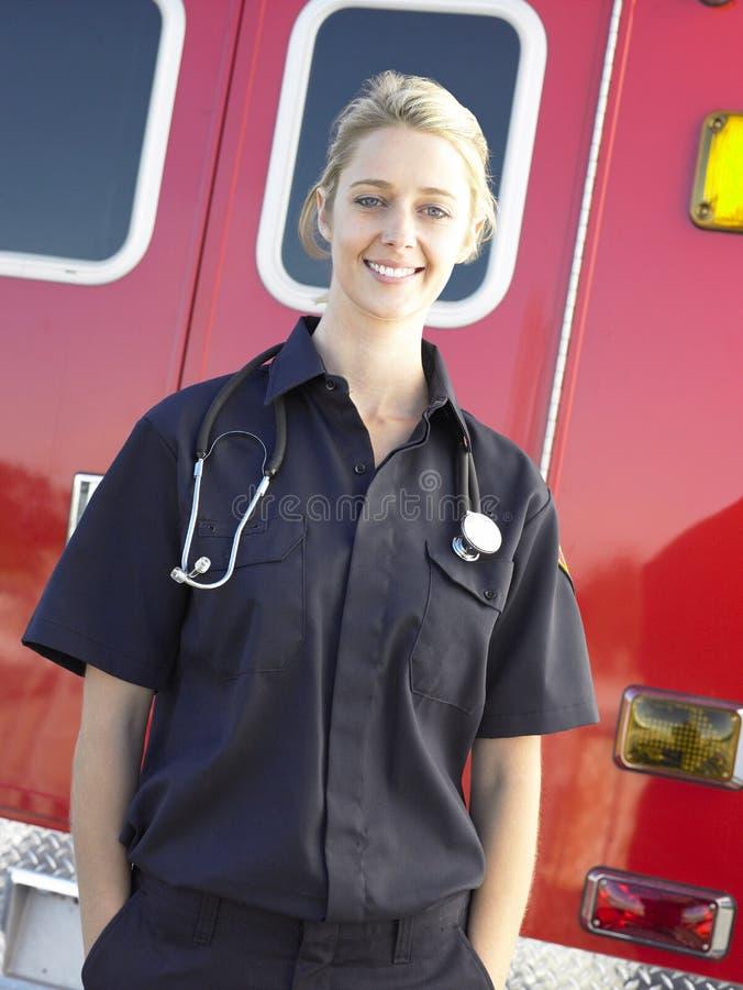 Retrato del paramédico delante de la ambulancia imagenes de archivo