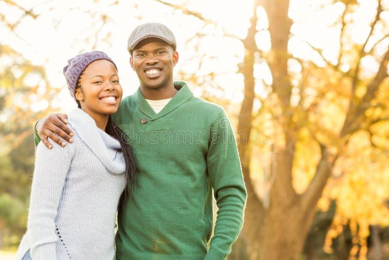 Retrato del pares sonrientes jovenes foto de archivo libre de regalías