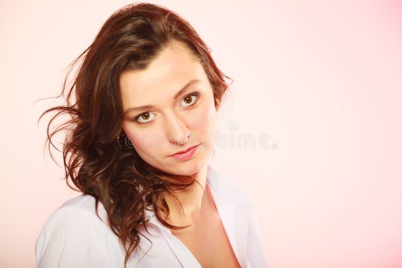 Retrato del pelo largo de la muchacha morena atractiva en rosa imagen de archivo