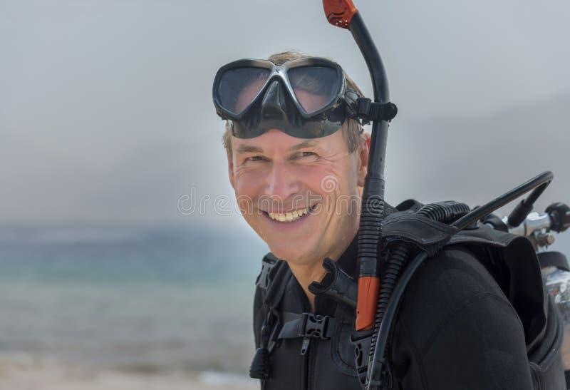 Retrato del pensionista en el equipo de base del buceador subacuático Deporte acuático y pasatiempo populares foto de archivo