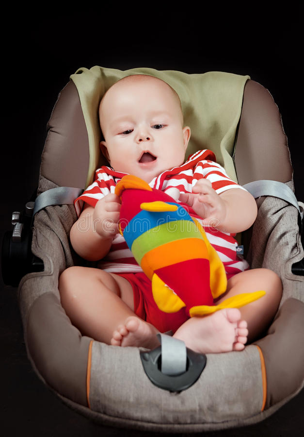 Retrato del pequeño bebé feliz en cochecito imagen de archivo