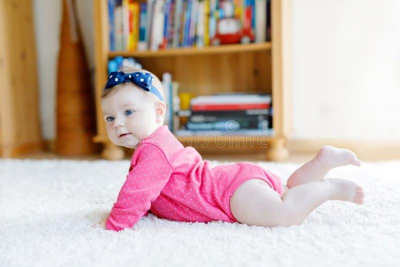 Retrato del pequeño bebé minúsculo de 5 meses dentro en casa imagenes de archivo