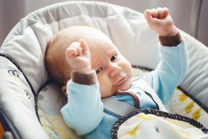Retrato del pequeño bebé rubio caucásico blanco divertido adorable lindo recién nacido con los ojos azules en la ropa azul que mi imagenes de archivo