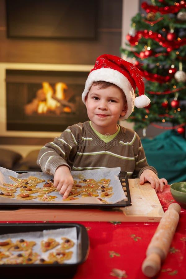 Retrato del pequeño niño con la torta de la Navidad imagen de archivo