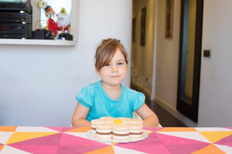 Retrato del pequeño niño feliz con la mirada de la torta imagen de archivo