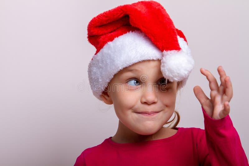 Retrato del pequeño niño precioso del ayudante de Papá Noel fotos de archivo libres de regalías