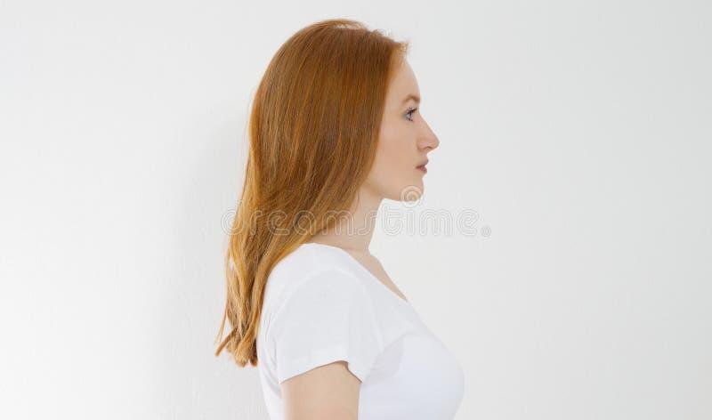 Retrato del perfil de la muchacha caucásica pelirroja con el pelo femenino recto largo y brillante en el fondo blanco Hermoso imagen de archivo