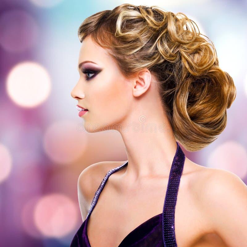 Retrato del perfil de la mujer con el peinado de la moda fotos de archivo
