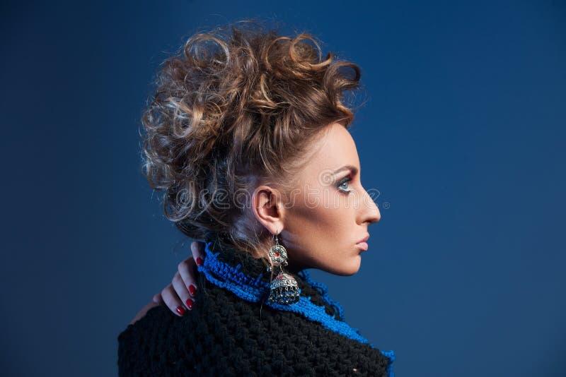 Retrato del perfil de la mujer con el peinado de la moda imágenes de archivo libres de regalías