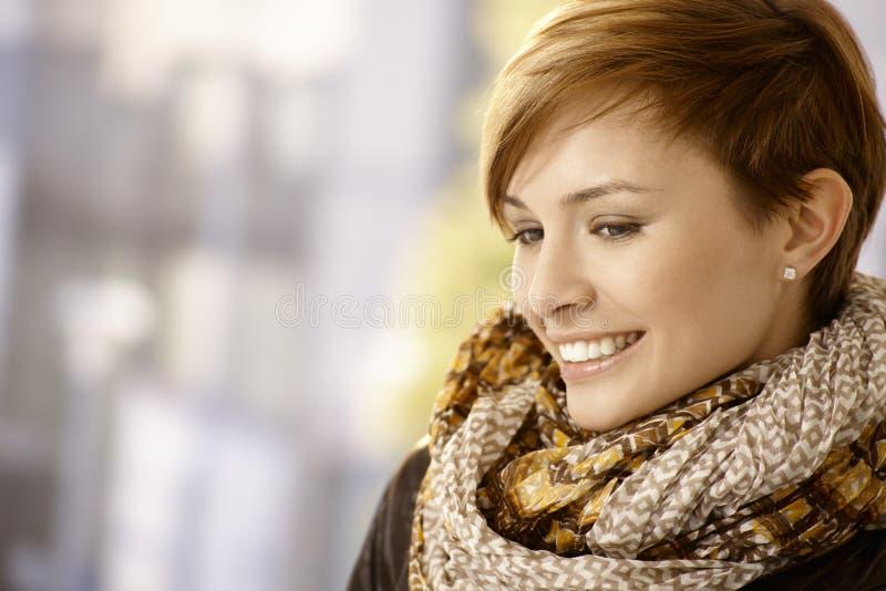 Retrato del perfil de la mujer joven con la bufanda foto de archivo libre de regalías