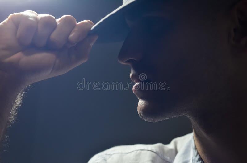 Retrato del perfil de un hombre atractivo fuerte en un sombrero foto de archivo libre de regalías