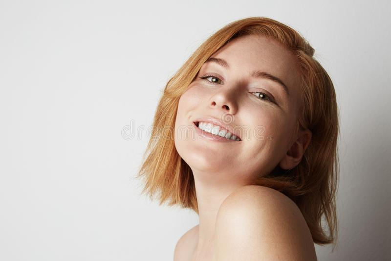 Retrato del perfil del modelo femenino del pelirrojo de la belleza con la sonrisa feliz y el maquillaje desnudo ligero Fondo foto de archivo