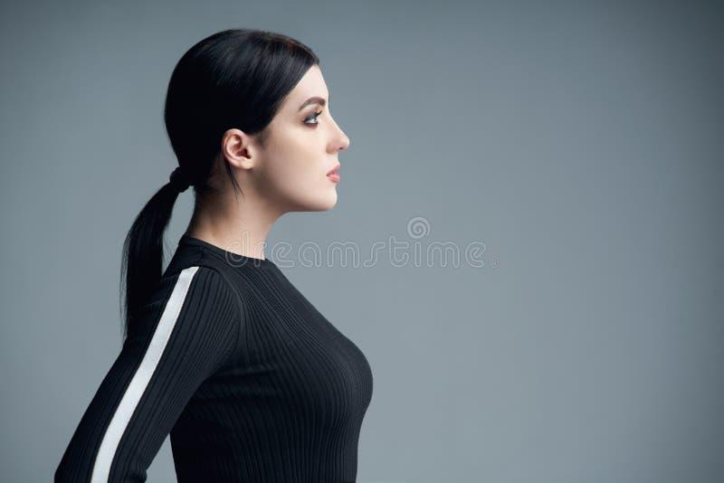 Retrato del perfil del primer de la mujer confiada que mira adelante imagen de archivo libre de regalías