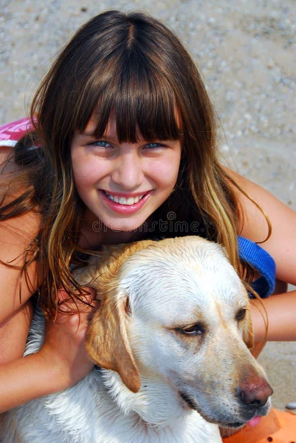 Retrato del perro de la muchacha fotos de archivo