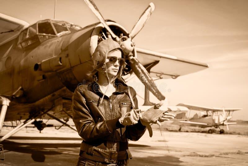 Retrato del piloto de sexo femenino hermoso imagenes de archivo